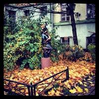 Снимок сделан в Университетский дворик пользователем Алексей Б. 10/8/2012