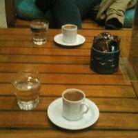 Das Foto wurde bei Kafes Cafe & Nargile von Saç EkimUzmanı ECEM HTC am 5/22/2013 aufgenommen