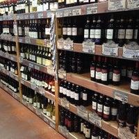 Foto tirada no(a) Trader Joe's por Curtis M. em 12/15/2012