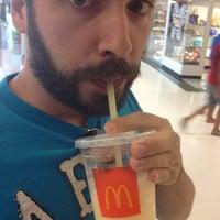 Foto tirada no(a) McDonald's por Ana L. em 12/29/2012