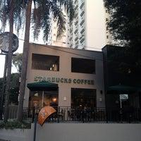 Foto tirada no(a) Starbucks por Tatiana B. em 5/14/2013