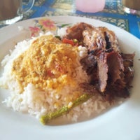 Photo taken at Nasi kerabu daging bakar/ayam bakar by Mr HaaN on 12/3/2012