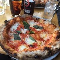 Foto tirada no(a) Razza Pizza Artiginale por Erica C. em 7/18/2014