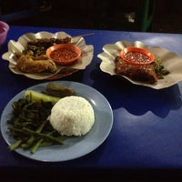 Photo taken at Nasi Tempong Nusantara by diah a. on 9/23/2013