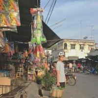 Photo taken at ครัวโกหวิล ข้าวต้มพุ้ย by Oakkurasan N. on 4/5/2013