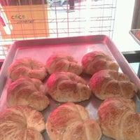 Foto tomada en Croissants Alfredo por Bree Damaris G. el 4/26/2013