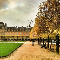 Das Foto wurde bei Place des Vosges von Carlos P. am 11/15/2013 aufgenommen
