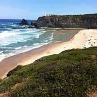 Foto tirada no(a) Praia de Odeceixe por Nuno em 7/6/2013