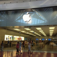 Foto scattata a Apple Centro Sicilia da MrsSinichka il 6/20/2013