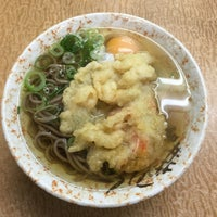 Photo taken at 立喰いうどん 新開地たつの by Sunao I. on 1/29/2017