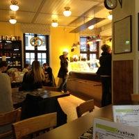 Foto scattata a SIS. Deli + Café da Olga il 1/2/2013