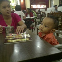 Photo taken at Pizza Hut by Dhanti D. on 9/26/2015