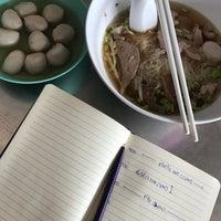 Photo taken at ลูกชิ้นฮ่องเต้ (เจ้าเก่ามหาสิน สาขา 2) by Ter T. on 4/2/2018