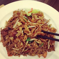 Photo taken at Singapore Kwetiaw Kerang & Seafood by Like A. on 5/24/2013
