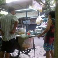 Photo taken at ข้าวต้มทรงเครื่อง (สูตรโบราณ) by Racha P. on 5/10/2013