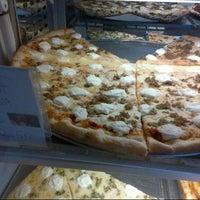 6/3/2013にDerek V.がSicilian Thing Pizzaで撮った写真