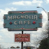 Foto scattata a Magnolia Cafe South da Joel A. il 3/30/2013