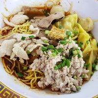 Photo taken at Hill Street Tai Hwa Pork Noodle by Teddy Selig J. on 3/6/2016