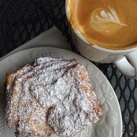 Foto tomada en Le Rêve Bakery & Café por Lynn M. el 6/19/2013