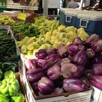 Photo prise au Ballard Farmer's Market par Lynn M. le8/25/2013