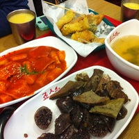 Photo taken at 죠스떡볶이 jaws food by Song Yi on 9/26/2012