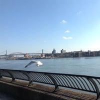 Foto tirada no(a) East River Promenade por Charles S. em 2/25/2013