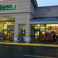Foto tirada no(a) Whole Foods Market por Joy F. em 10/2/2012