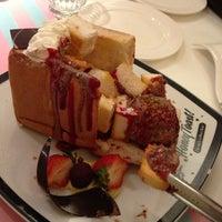 Das Foto wurde bei Dazzling Cafe Pink von William S. am 4/6/2013 aufgenommen