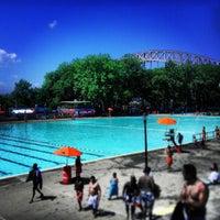 Foto tomada en Astoria Park Pool por Jeff R. el 7/16/2013