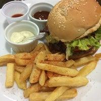 Photo taken at Roast Burger by Rafael Eduardo C. on 12/28/2014