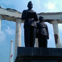 Photo taken at Tugu Pahlawan by Teguh S. on 11/15/2012