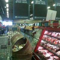 Foto tomada en Food Lover's Market por Catharina B. el 1/11/2013