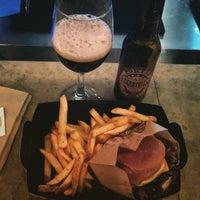 Снимок сделан в Barrels Burgers & Beer пользователем Fernando M. 2/5/2016