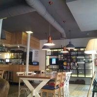 Foto tomada en La Ciudad Invisible | Café-librería de viajes por Viviane E. el 2/22/2013