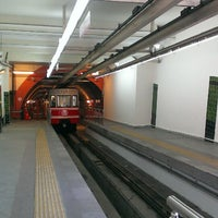Foto tirada no(a) Tünel Tramvay Durağı por Kris R. em 6/9/2013