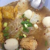 Photo taken at เจ้อ้วน เส้นปลาต้มยำ by aaaaaaaaaammy on 11/8/2014