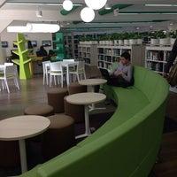 Foto diambil di Biblioteca Juan Roa Vásquez oleh Felipe V. pada 1/16/2014