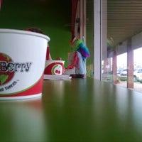 9/20/2014에 Dave K.님이 CherryBerry Yogurt Bar에서 찍은 사진