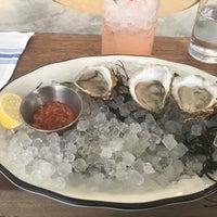 Foto tirada no(a) Island Oyster por Tiffany L. em 10/21/2017