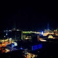 Снимок сделан в SKY Bar & Lounge пользователем ΛLEX T. 4/12/2013