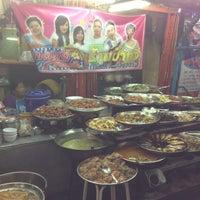 Photo taken at ข้าวแกงป๋าทวี (ขวัญ+ปู) by Chaisit S. on 4/27/2013