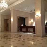 7/21/2013 tarihinde Yaroslav V.ziyaretçi tarafından Fairmont Grand Hotel Kyiv'de çekilen fotoğraf