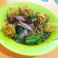 Photo taken at Hoe Huat Wanton Noodle @ Haig Road Food Centre by Cheryl T. on 10/11/2012