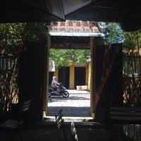 Photo taken at Cafe Ngẫu Nhiên 11 Nguyễn Huệ Hội An by Tusedo on 7/13/2014