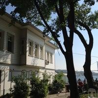 Photo taken at Tarihi Çınaraltı Aile Çay Bahçesi by Tülin on 5/11/2013
