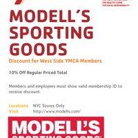 Das Foto wurde bei Modell's Sporting Goods von West Side YMCA am 8/14/2013 aufgenommen