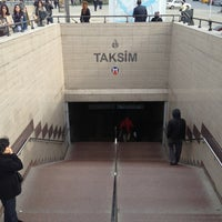 Foto diambil di Taksim Tramvay Durağı oleh Chewy pada 2/14/2013