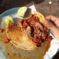 Foto tomada en Tacos La Morena por Dorian M. el 11/17/2012