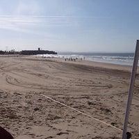 Foto tirada no(a) Praia de Carcavelos por Martin J. em 4/6/2013