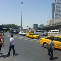 รูปภาพถ่ายที่ Mecidiyeköy Meydanı โดย mkas# เมื่อ 5/31/2013